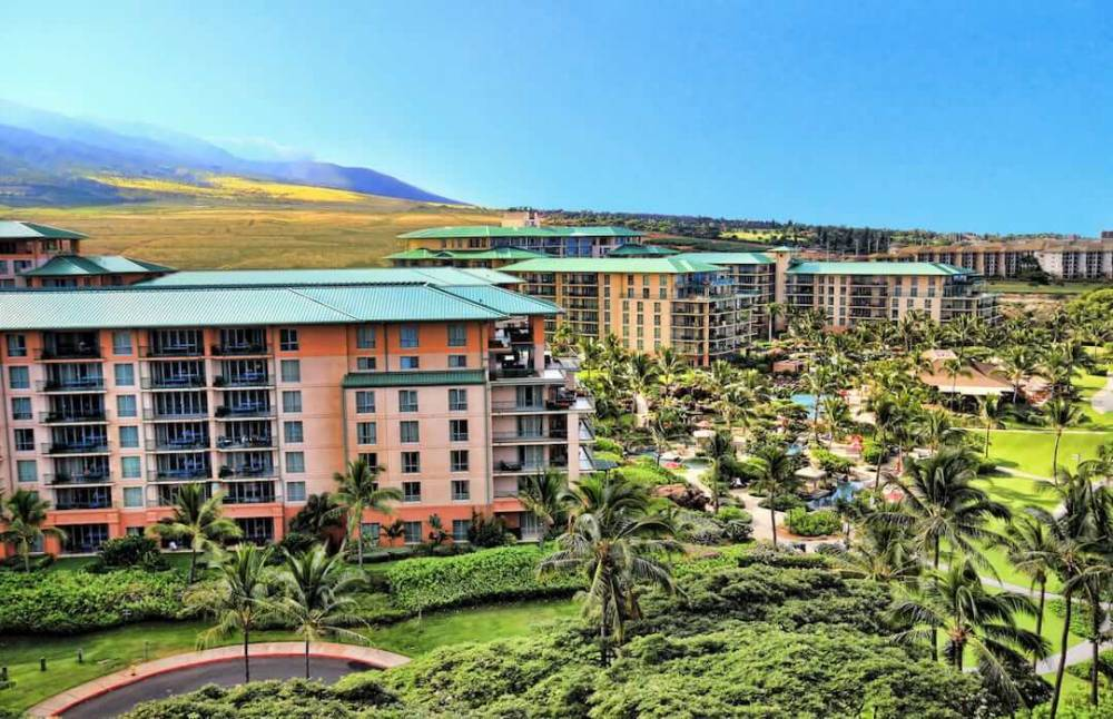Nestled right between the West Maui Mountains and the blue Pacific Ocean