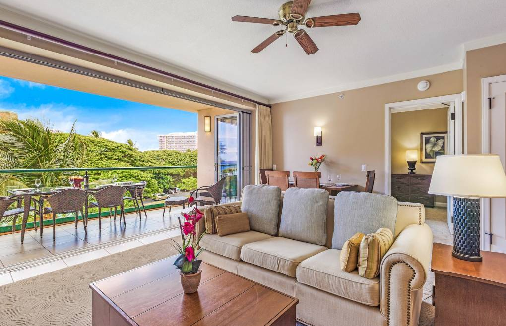 Open the retractable doors and invite in the gorgeous Maui outdoors