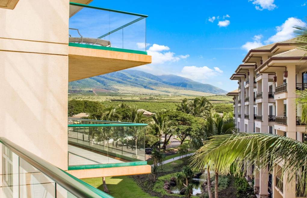 Also offering views of the lush West Maui Mountains