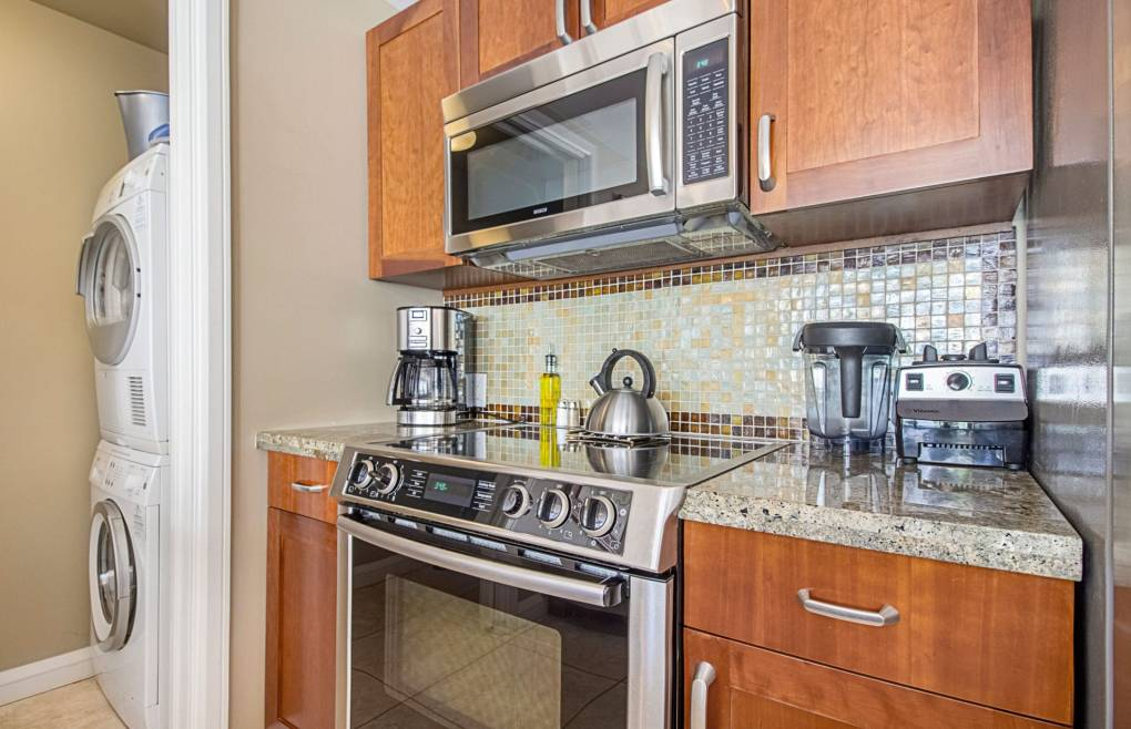 Houkulani 418 includes an en-suite washer/dryer, free wifi, and free beach gear